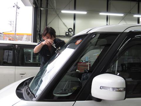 車検前にフロントガラスに飛び石被害。ご安心ください、修理で車検合格100%確実!