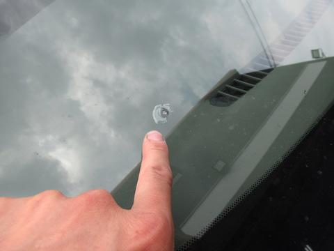 フロントガラスに3箇所の飛び石被害でヒビ割れ!交換より修理がオススメです。