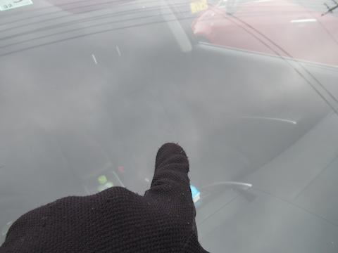 暑さでフロントガラスのヒビが伸びます!飛び石被害は早めの対策を!
