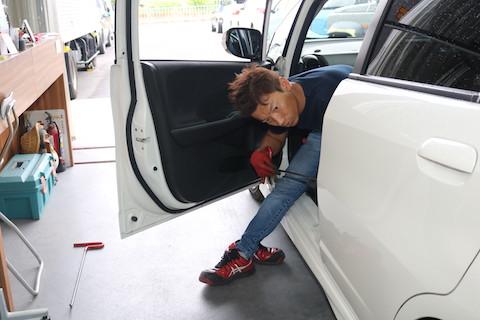 車のプレスラインのヘコミが完全修復!裏から押して直します!