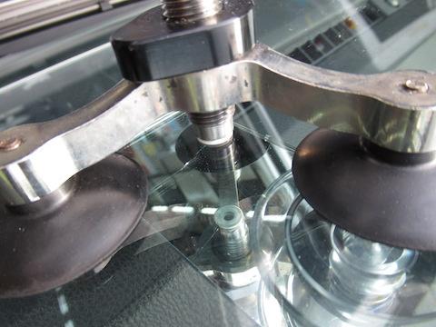 ウインドリペアとは、フロントガラスのヒビ割れを埋めて固める修理!