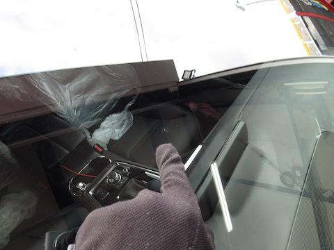 新車1週間のCX-8のフロントガラスに飛び石でヒビ割れ!大きな心のヘコミも一緒に治します!