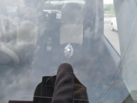 複雑に割れた車のフロントガラス、ガラスの樹脂を注入して固める技術で直します!