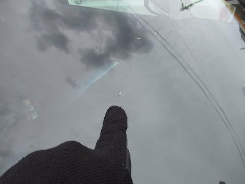 放置が一番危険です!!フロントガラスが割れたら直ぐに修理してください!