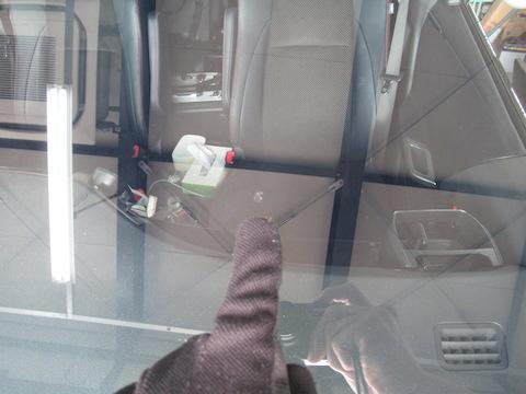 フロントガラス500円玉を超える飛び石の傷。ご安心ください、予約なし即日対応!