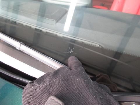 これはヤバイ!フロントガラスが蜘蛛の巣みたいに割れても直せる?!
