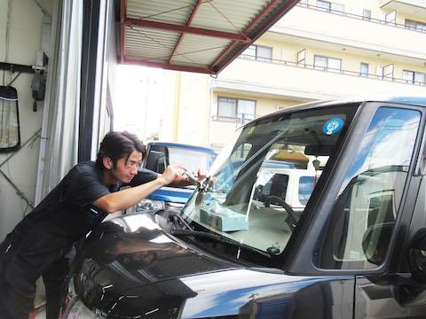 ご安心ください、フロントガラスの割れ・ヒビ・傷、交換しないで修理が出来ます!