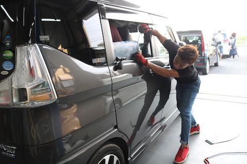 愛車にできたエクボのヘコミは、デントリペアで即時修理!