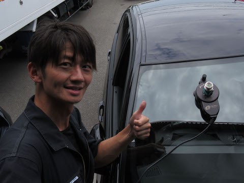 フロントガラスのヒビ割れは、駐車中でも傷が伸びます!早めの修理がオススメ!