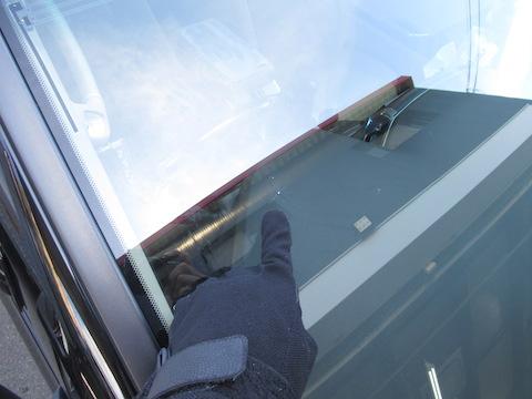 フロントガラスの飛び石の傷・割れは放置すれば伸びます!