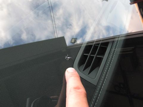 ベンツのフロントガラス修理、15,000円で交換せずに車検合格!