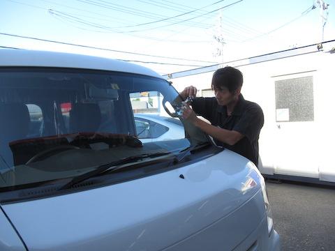 仕事車でフロントガラスに飛び石被害!45分程度、休憩中に修理が可能です!