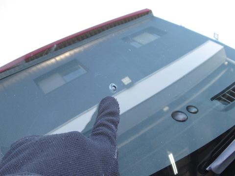 パチッと割れたフロントガラスは、すぐに予約なくても直ります!