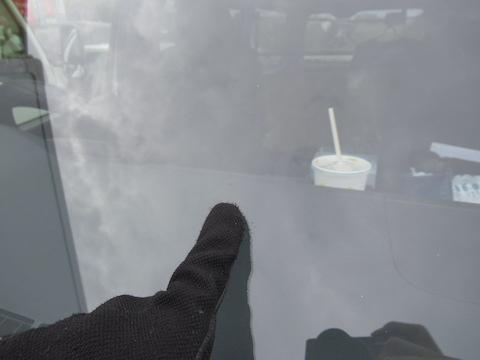 仕事中でも、フロントガラス修理はたったの45分で直ります。昼食の間や休憩時間に飛び石の傷を直します!