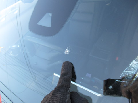 車のフロントガラスに飛び石の傷・ひび割れを見つけたら・・・
