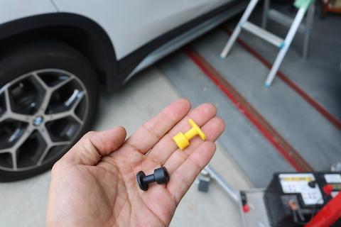 車のルーフのヘコミは、引っ張ってヘコミを出して直します!