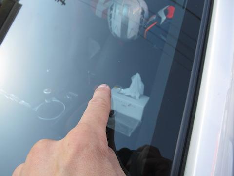 フロントガラス端から10cm以内の飛び石の傷。断られる場所でもデントスマイルは直します!