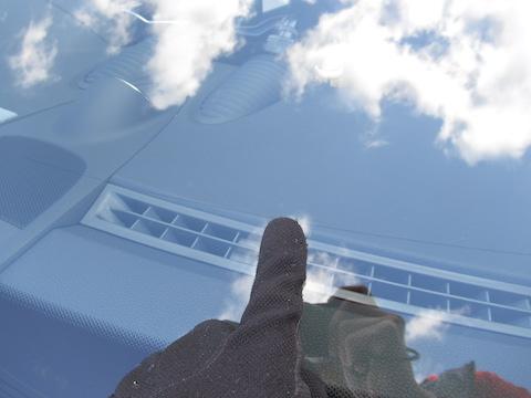 カーレース中のあるある飛び石被害!フロントガラスのヒビ割れは交換しなくても直ります!
