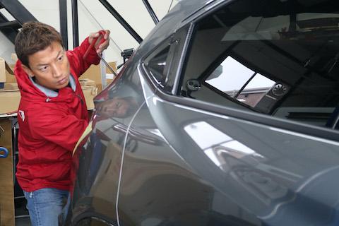 新車にヘコミが出来ても、塗装しないでデントリペアでヘコミを即時に直します!