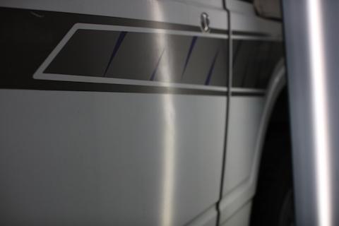 オリジナルデカールステッカーを守る為、鈑金・塗装出来ないボディをデントリペアでヘコミ修理!