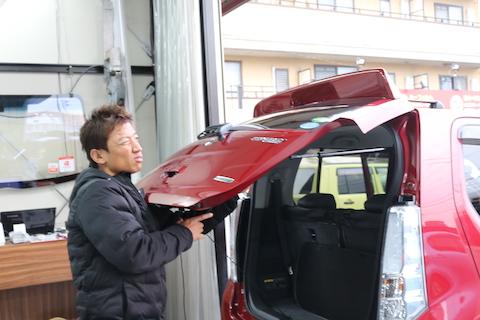 車のヘコミ修理、裏から押して元に戻すデントリペア。DIYでは出来ない特殊技術!