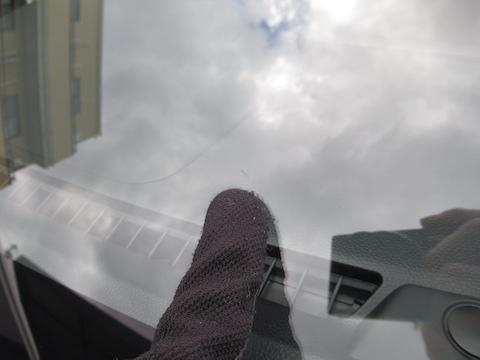 フロントガラスの弱点は端っこ!駐車中でも傷は伸びます!!