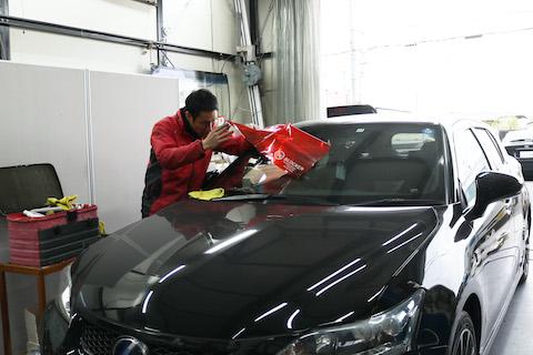 車のフロントガラスひび割れ、いろんなお悩み解決を1店(ワンストップ)で全て自社施工で解決!