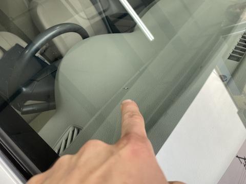 車検中に見つけた飛び石のひび割れ、ウインドリペアで車検合格!