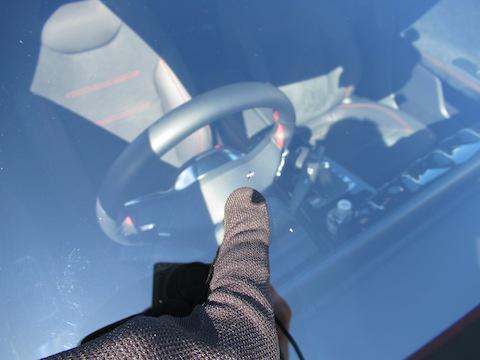 車のフロントガラスの傷や割れのお悩み、お気軽にお問い合わせください!