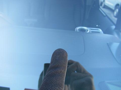 フロントガラスがひび割れ・傷・割れる原因とは?そのあとの修理方法は??