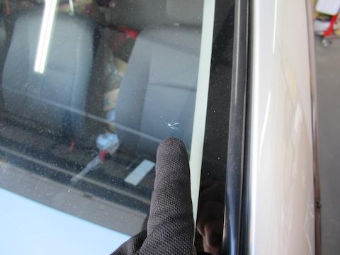 ガラスの端っこに飛び石の傷!修理不可能という業界の常識を乗り越えてなおします!