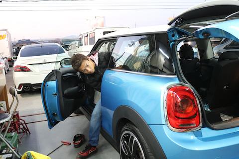 BMW ミニのヘコミ修理はデントリペアで即時解決!費用も最小限!!