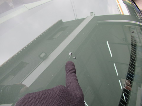 フロントガラス、数カ所割れていても、隣接して500円玉を超えて難しい修理でも直ります!