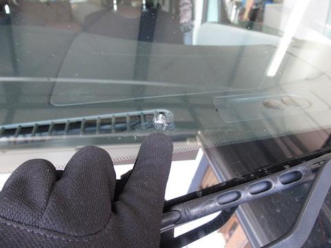 大きすぎる、場所が悪い、と断られるフロントガラスのヒビ割れ修理を直します!