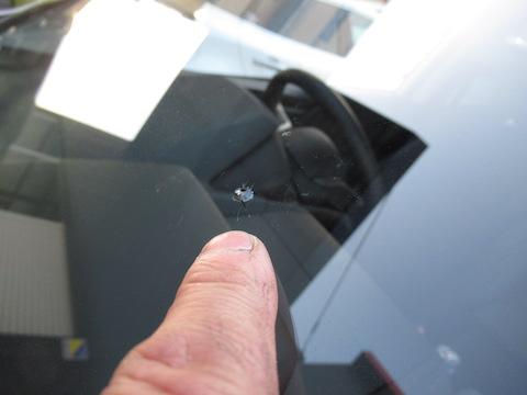走行中に『パチッ』と音がしたら、フロントガラスのひび割れの可能性?その傷は直ります!