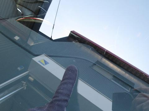 車のフロントガラスヒビ割れ傷の対処方法をご紹介します!