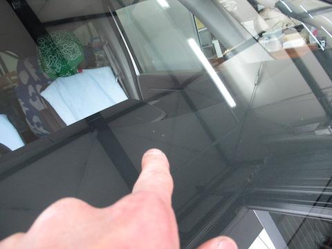 ゴールデンウイークも休まず営業し、フロントガラスの飛び石修理しております!