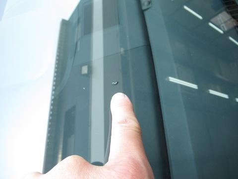 フロントガラスの飛び石修理、3カ所直しても交換よりお得!