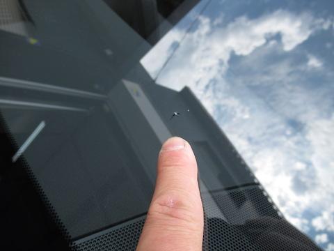 レクサスのフロントガラスのヒビ割れ、高額な交換よりもウインドリペアで解決!