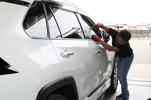 新車RAV4のヘコミを塗装しないで綺麗に修復します!