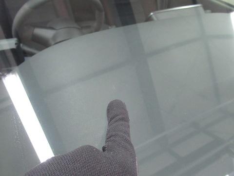 フロントガラスは熱でヒビが伸びるリスクが上がります!割れを見つけたら直ぐに修理してください!