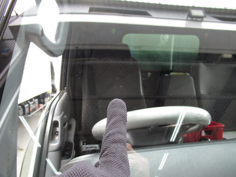トラックのフロントガラスヒビ割れ、交換になる前に45分のウインドリペアで解決!