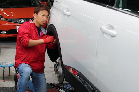 新車のヘコミ修理でデントリペア、ついでにオイル交換も可能です!