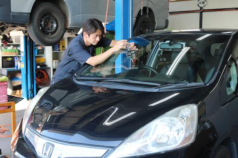 いろいろ出費を抑えたい時期、フロントガラス修理はウインドリペアで解決!
