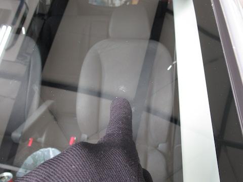 走行中に飛んできた物でフロントガラスが割れます!でも、修理で直ります!