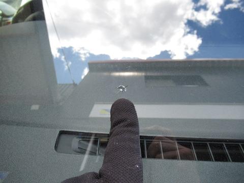 フロントガラスに取れない汚れ、もしかしてヒビ割れかも?!