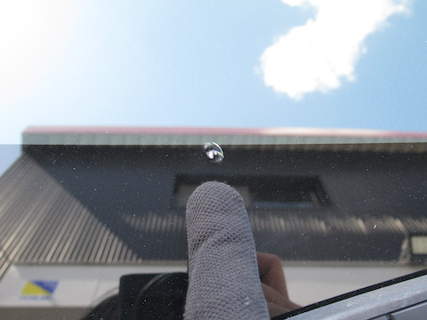 フロントガラスのヒビ割れ、猛暑でヒビが伸びます!