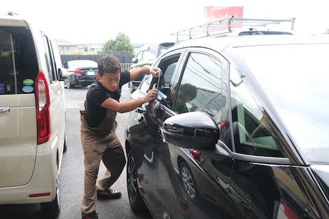 新車のヘコミもやっぱり塗装しないデントリペアが有効的!