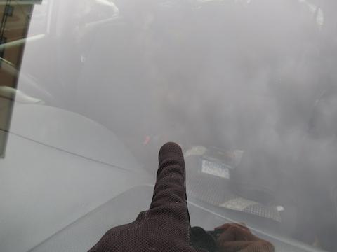 社用車の飛び石被害、時間なくても45分でフロントガラスを修理します!