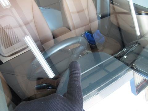 走行中に飛んでくる小石、フロントガラスが割れたらどうすればいい?